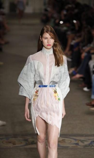 Organza de seda, linho metálico e cetim de seda foram os tecidos da coleção Fabio Rossi / O Globo