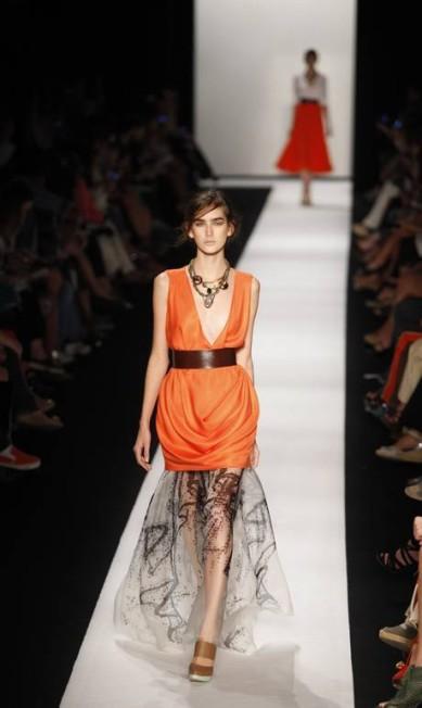 A transparência foi onipresente nos vestidos e deu um ar sensual à coleção Fabio Rossi / O Globo