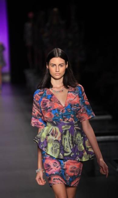 A estilista apostou na mistura de estampas e no shape peplum Simone Marinho / O Globo