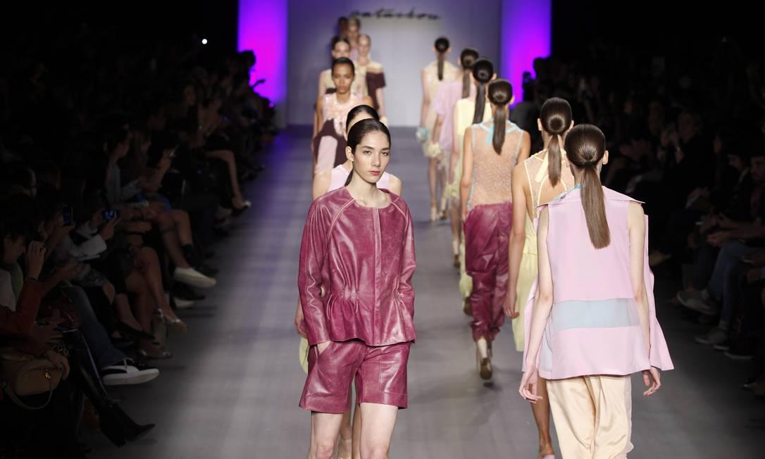 Modelos se apresentam em fila no fim do desfile Fabio Rossi / O Globo