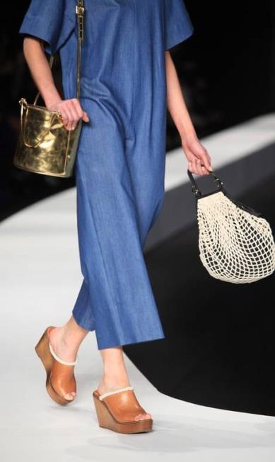 Tanto nos calçados quanto nas bolsas, o metalizado dourado foi presença constante Simone Marinho / Simone Marinho / Agência O Globo