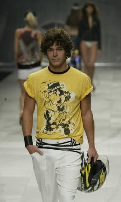 Também em 2003, outro ator invadiu as passarelas, desta vez da TNG: Erik Marmo Leonardo Aversa / Agência O Globo