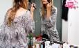 Yasmin faz a maquiagem que costuma usar no dia a dia: um pouco de base, blush, rímel e lip balm
