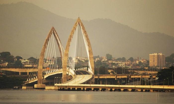 A ponte estaiada do BRT: novo cartão-postal da Ilha Foto: Thiago Lontra / Agência O Globo (24/01/2015)