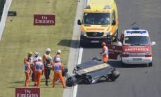 Sérgio Perez observa o carro de cabeça para baixo após capotar em Hungaroring Foto: Zsolt Czegledi / AP