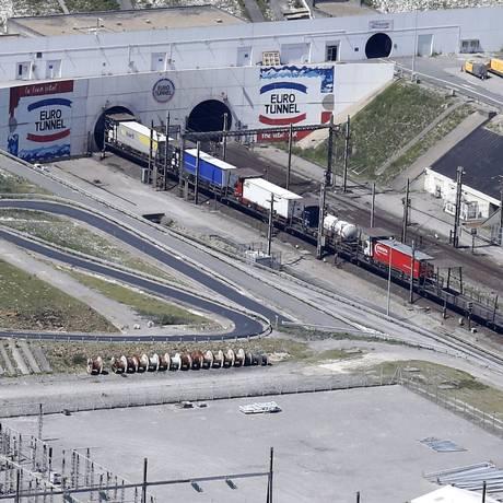 Caminhões fazem fila para entrar no Eurotunnel em Coquelles, perto de Calais, norte da França Foto: PASCAL ROSSIGNOL / REUTERS