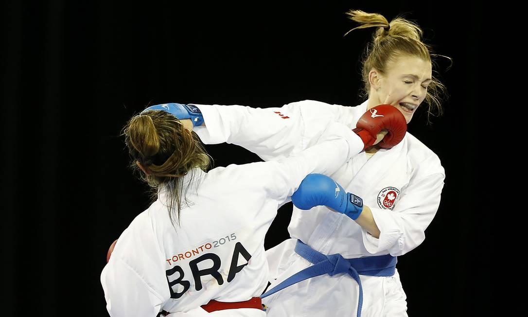 A brasileira Valeria Kumizaki (de costas), conquista a medalha de ouro ao vencer a canadense Kate Campbell, no caratê 55kg Geoff Burke / USA Today Sports