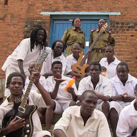 Um registro das gravações do álbum, feitas no maior presídio do país do leste africano Foto: Divulgação//Marilena Delli