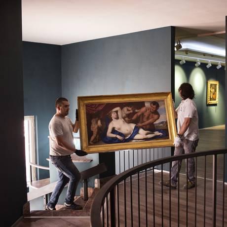 Com o apoio da Galeria Uffizi, pintura de Pacecco De Rosa é levada para museu improvisado em Casal di Principe Foto: ALESSANDRO PENSO / NYT