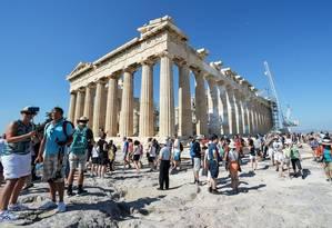 Grécia. Turistas visitam o Parthenon na Acrópole, em Atenas Foto: ANDREAS SOLARO / ANDREAS SOLARO/AFP/8-7-2015