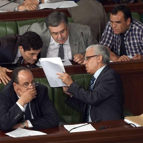 Ministro da Justiça, Mohamed Salah Ben Aissa discute projeto com assessores e parlamentares durante sessão Foto: FETHI BELAID / AFP