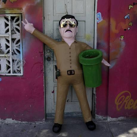 Fama. Um boneco do chefe do cartel de Sinaloa Joaquin