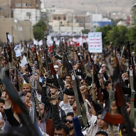 Houthis protestam em Sanaa, em meio a confrontos Foto: Hani Mohammed / AP