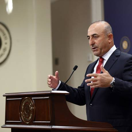 Ahmet Davutoglu. Primeiro-ministro turco afirmou que país irá combater membros do Partido dos Trabalhadores do Curdistão (PKK) e do Estado Islâmico, com ataques aéreos na Síria e no Iraque Foto: ADEM ALTAN / AFP
