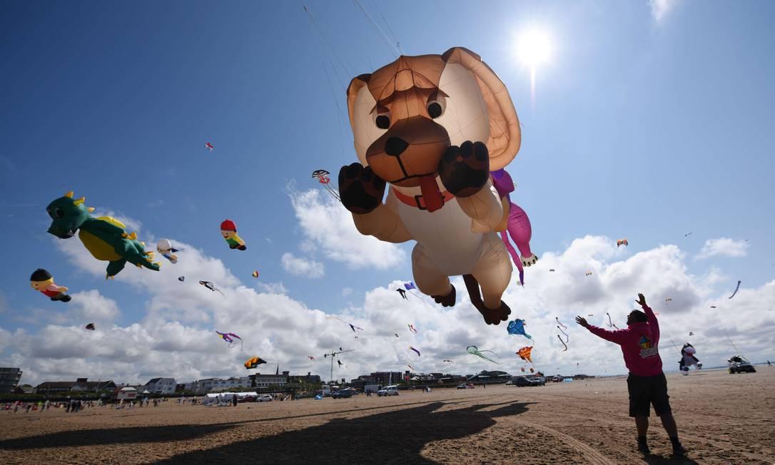 Entusiastas de pipas participaram do St Annes Kite Festival na Inglaterra, neste sábado OLI SCARFF / AFP