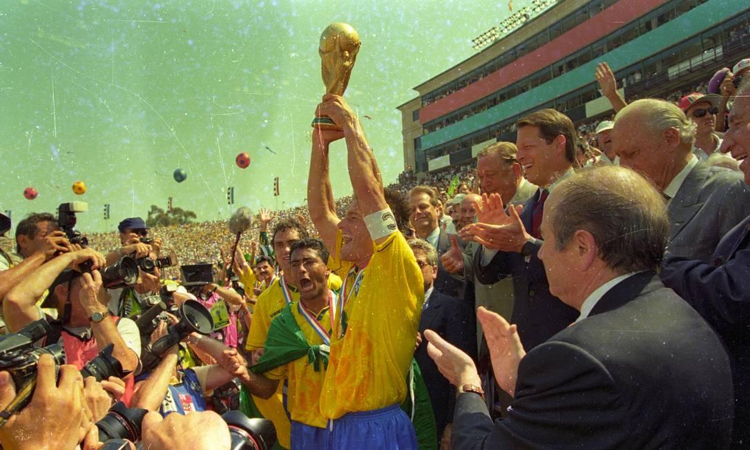 Dunga levanta a taça do tetracampeonato do Brasil, conquistado na Copa do Mundo de 1994, disputada nso EUA Ivo Gonzalez / O Globo