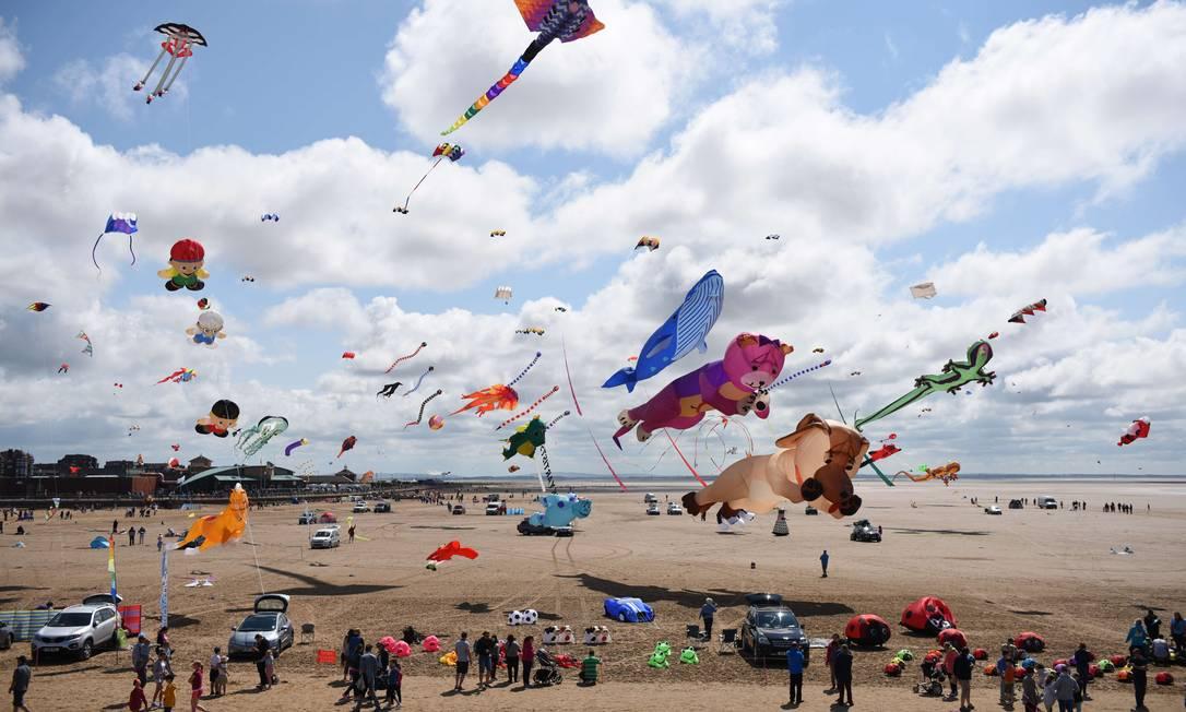 Pipas de de diferentes modelos coloriram o céu da cidade OLI SCARFF / AFP