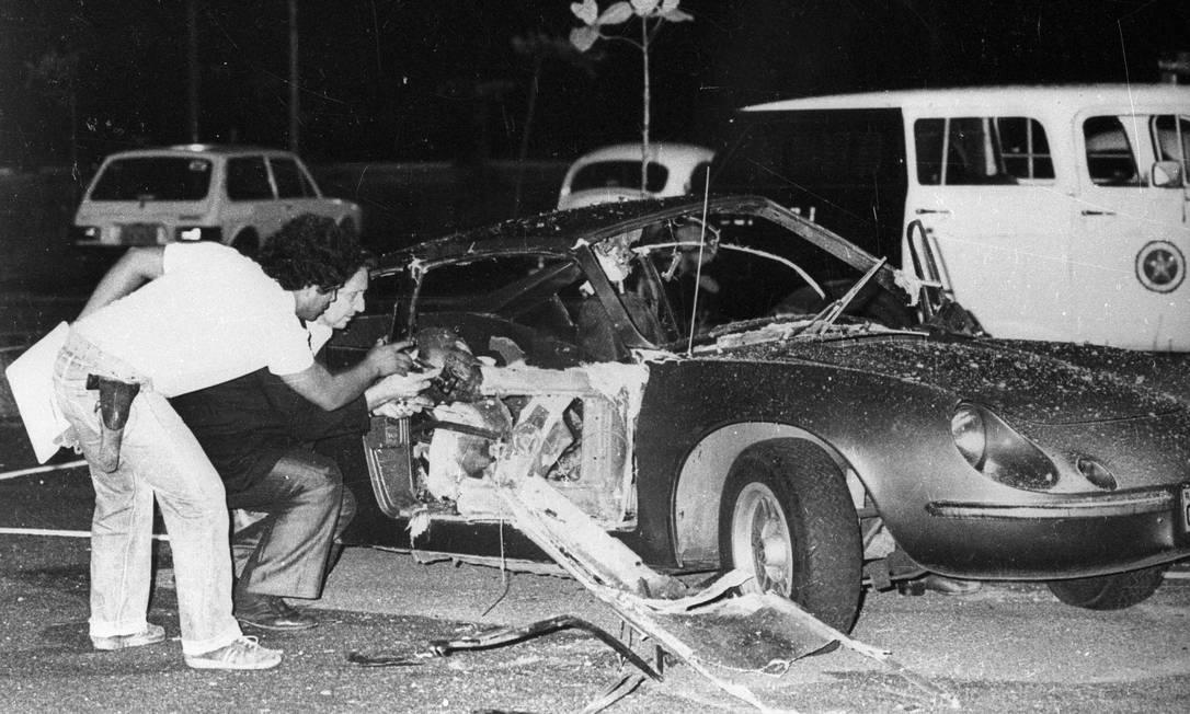 Farsa explosiva. Peritos observam o Puma destruído por uma bomba no Riocentro, na noite de 30 de abril de 1981. O governo da ditadura culpou radicais de esquerda, mas, anos depois, ficou constatado que o ato terrorista foi obra de militares Anibal Philot / Agência O Globo