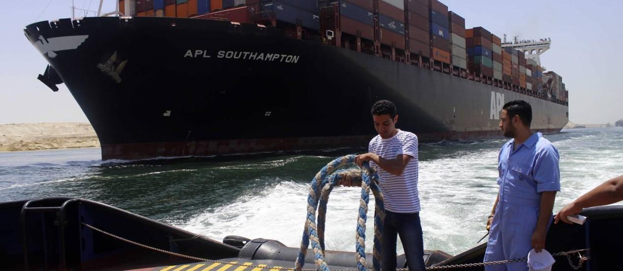 Trabalhadores no novo Canal de Suez. Via aquática será a mais rápida do mundo e pode reviatlizar economia do Egito Foto: - / AFP