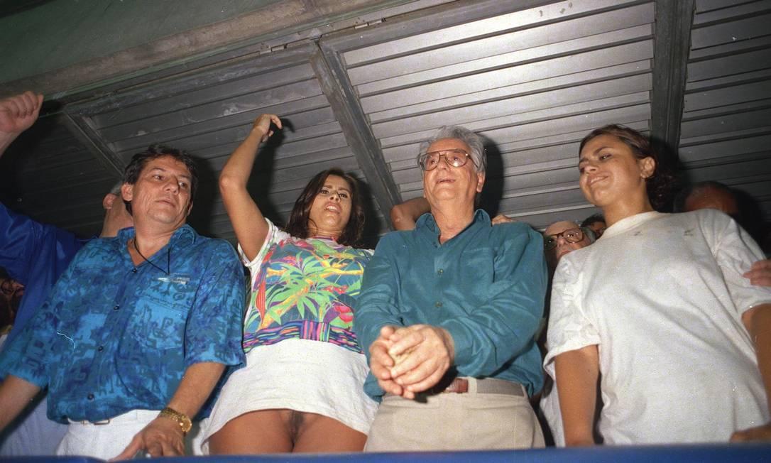 Folia presidencial. A modelo Lílian Ramos, sem calcinha, deixa-se fotografar ao lado do então presidente Itamar Franco num camarote do Sambódromo, durante o carnaval de 1994. O GLOBO foi o único jornal a publicar a foto na primeira página Marcelo Carnaval / O Globo