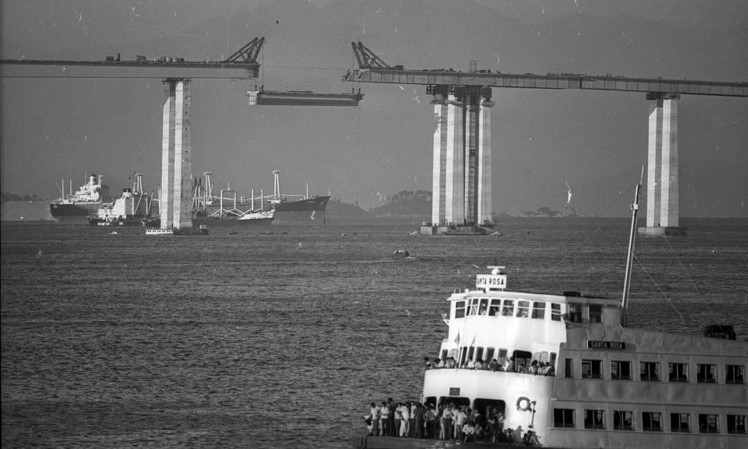 Marco da engenharia. Uma viga da Ponte Rio-Niterói é içada durante a construção da via de 13,2 quilômetros de extensão e 72 m de altura (no ponto mais alto). Inaugurada em 4 de março de 1974, hoje tem fluxo três vezes maior do que o previsto Eurico Dantas / Agência O Globo