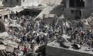 Iemenitas sobre escombros após ataque aéreo em Sanaa no dia 20 de julho. Arábia Saudita anunciou trégua de cinco dias a partir de domingo que permitirá a chegada de ajuda humanitária ao país Foto: Hani Mohammed / AP