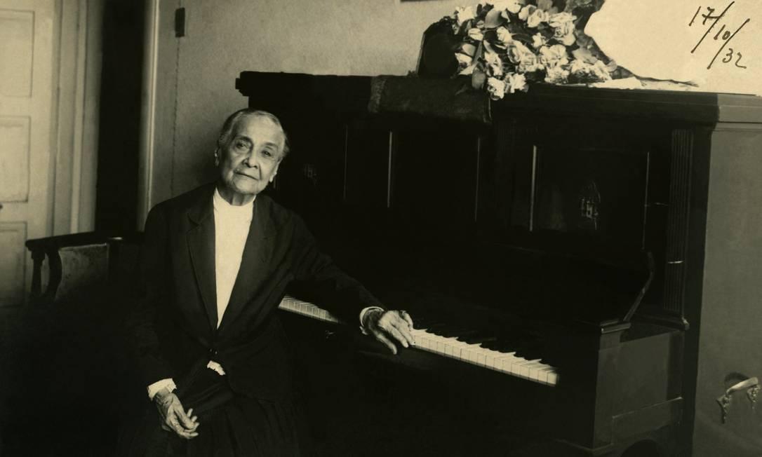 Chiquinha Gonzaga com seu piano, em 1932 Foto: Acervo Chiquinha Gonzaga / Instituto Moreira Salles / Sbat