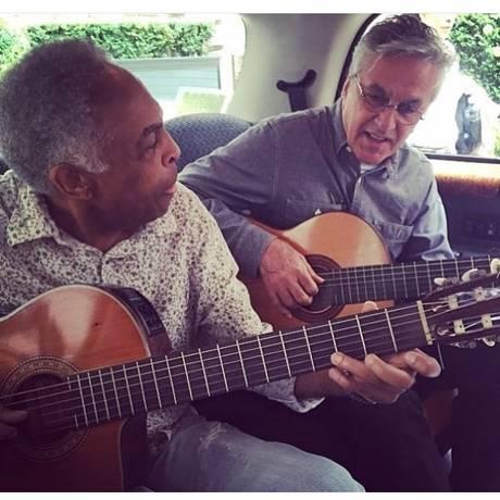Caetano Veloso e Gilberto Gil tocam dentro de um carro durante a turnê de 2015 Foto: Paula Lavigne / Reprodução