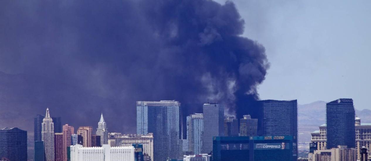 Alerta. Uma nuvem de fumaça negra é vista no deck da piscina do Hotel Cosmopolitan, em Las Vegas Foto: STEVE MARCUS/AP