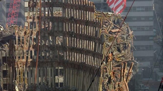 aa1c3e42a2e Destruição. Bandeira americana tremula sobre destroços do WorldTrade  Center