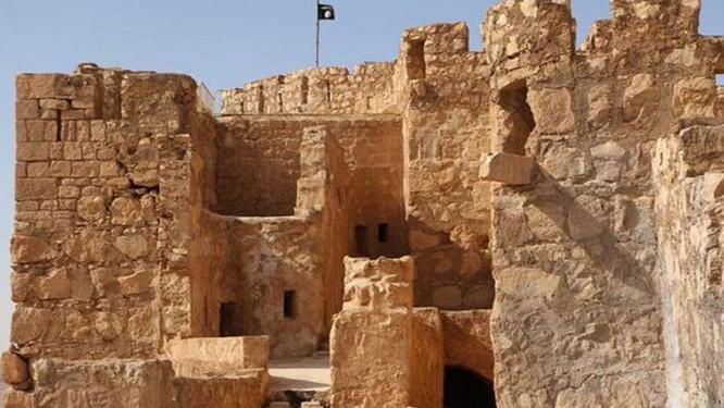 Bandeira do estado islâmico tremula sobre cidade histórica de Palmira, na Síria Foto: Uncredited / AP