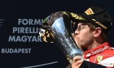 Vettel beija o troféu conquistado na Hungria Foto: ANDREJ ISAKOVIC / AFP