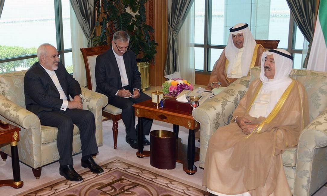 Mohammed Javad Zarif (esquerda). Ministro iraniano das Relações Exteriores se reuniu com monarca do Bahrein, emir Sheikh Sabah al-Ahmad al-Jaber al-Sabah, numa tentiva de aproximação com os países do Golfo Foto: HO / AFP