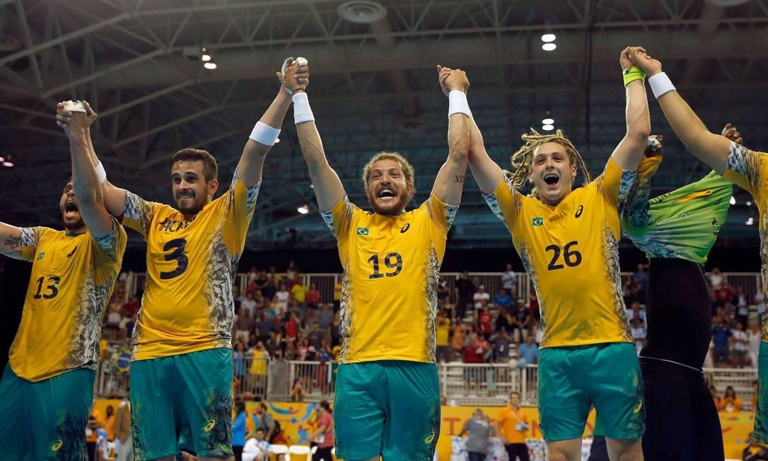 0f4a276839adf Os jogadores da seleção masculina comemorando o ouro no handebol no Pan  Foto  EZRA SHAW