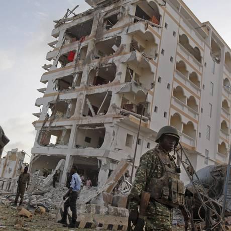 Soldados da União Africana passam por cenário de destruição em Mogadíscio, após explosão no Hotel Jazeera que deixou oito mortos Foto: Farah Abdi Warsameh / AP