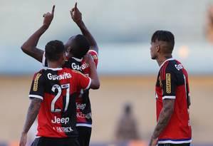 Marcelo Cirino comemora seu gol na vitória do Flamengo sobre o Goiás Foto: Ailton de Freitas / Agência O Globo