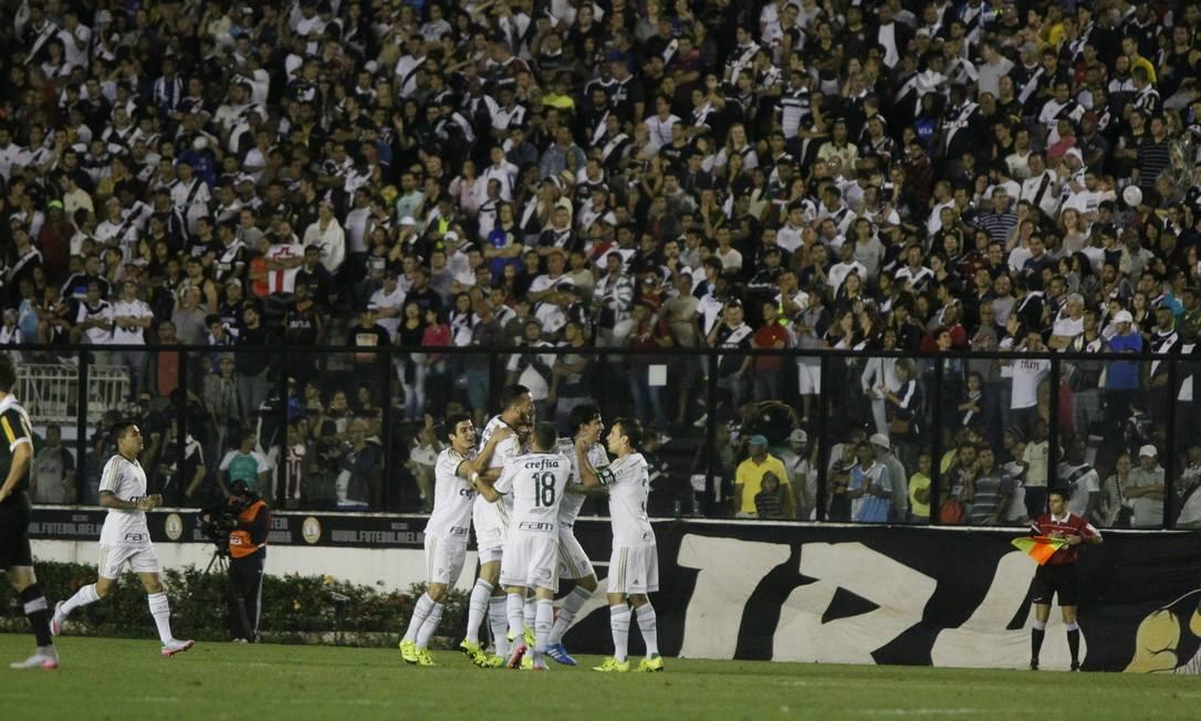 Jogadores do Palmeiras comemoram gol sobre o Vasco em São Januário Marcelo Carnaval / Agência O Globo