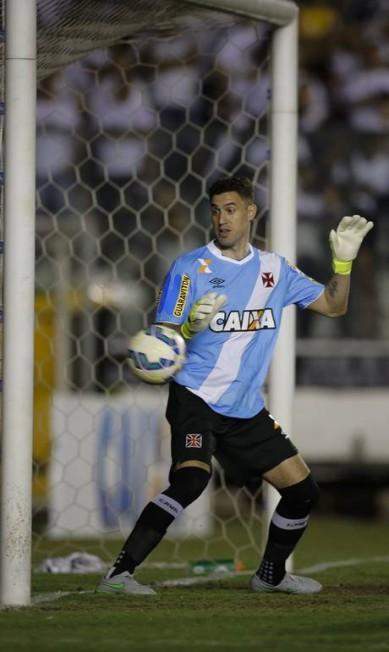 Martin Silva apenas observa bola de Leandro Pereira bater na trave Alexandre Cassiano / Agência O Globo