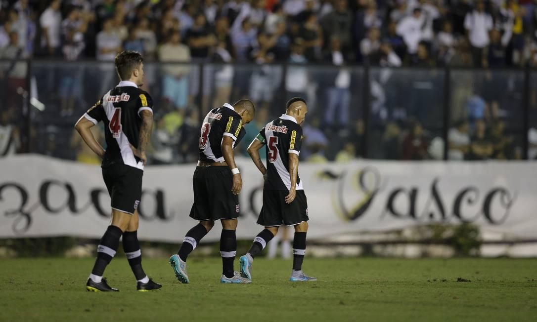 Jogadores do Vasco não escondem o abatimento ainda no primeiro tempo Alexandre Cassiano / Agência O Globo