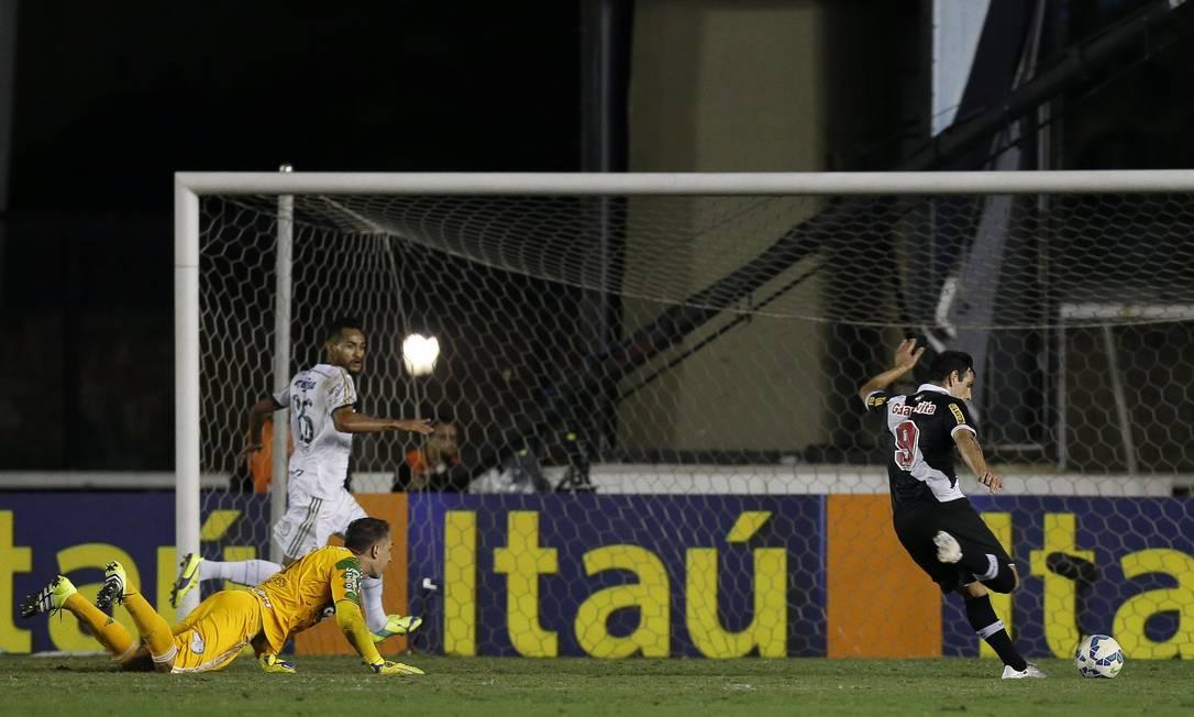 Com o gol escancarado, Herrera perdeu um gol inacreditável Alexandre Cassiano / Agência O Globo