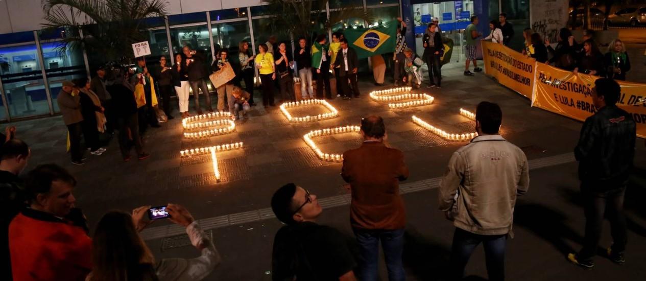 Manifestantes fazem protesto em frente à sede paulista do TCU para pedir a reprovação das contas do governo da presidente Dilma Rousseff Foto: Fernando Donasci / Agência O Globo