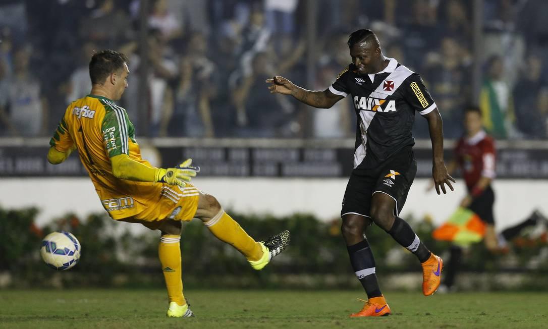Riascos toca por baixo de Fernando Prass para fazer o gol de honra do Vasco Alexandre Cassiano / Agência O Globo