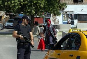Polícia vasculha casas no bairro de Haci Bayram, na capital Ancara, em busca de suspeitos de terrorismo Foto: Burhan Ozbilici / AP