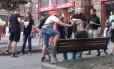 Momento em que agressores usam spray de pimenta para atacar casal