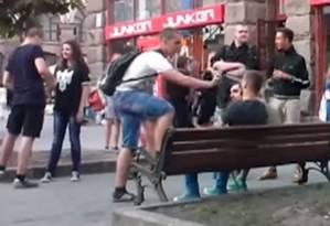 Momento em que agressores usam spray de pimenta para atacar casal Foto: Reprodução/YouTube
