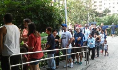 Longas filas se formaram à espera para embarque nos bondes Foto: Paulo Roberto Junior / O Globo
