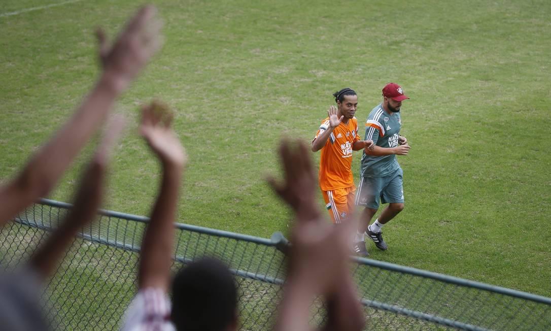 Ronaldinho Gaúcho acena para a torcida tricolor em seu primeiro treino nas Laranjeiras Alexandre Cassiano / Agência O Globo