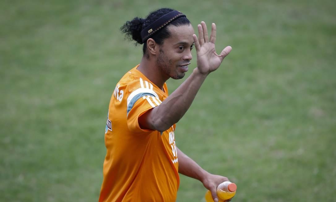Ronaldinho retribui o carinho das arquibancadas Alexandre Cassiano / Agência O Globo
