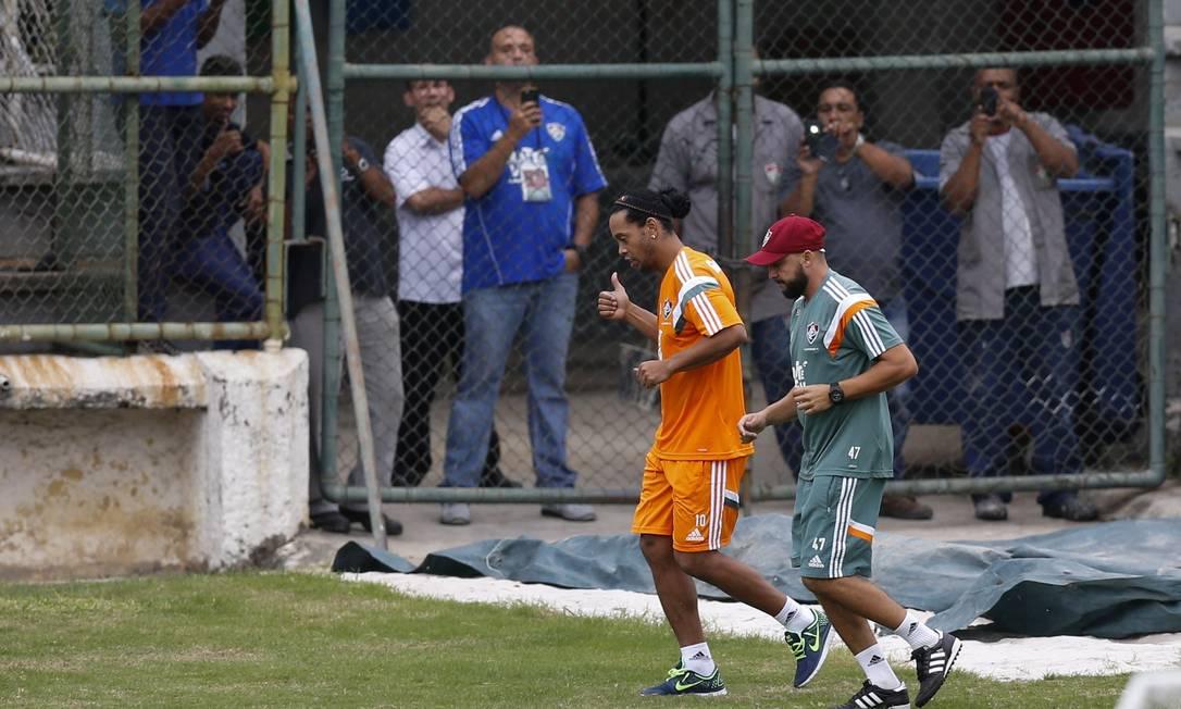 Funcionários do clube também aproveitaram para fotografar Ronaldinho Alexandre Cassiano / Agência O Globo