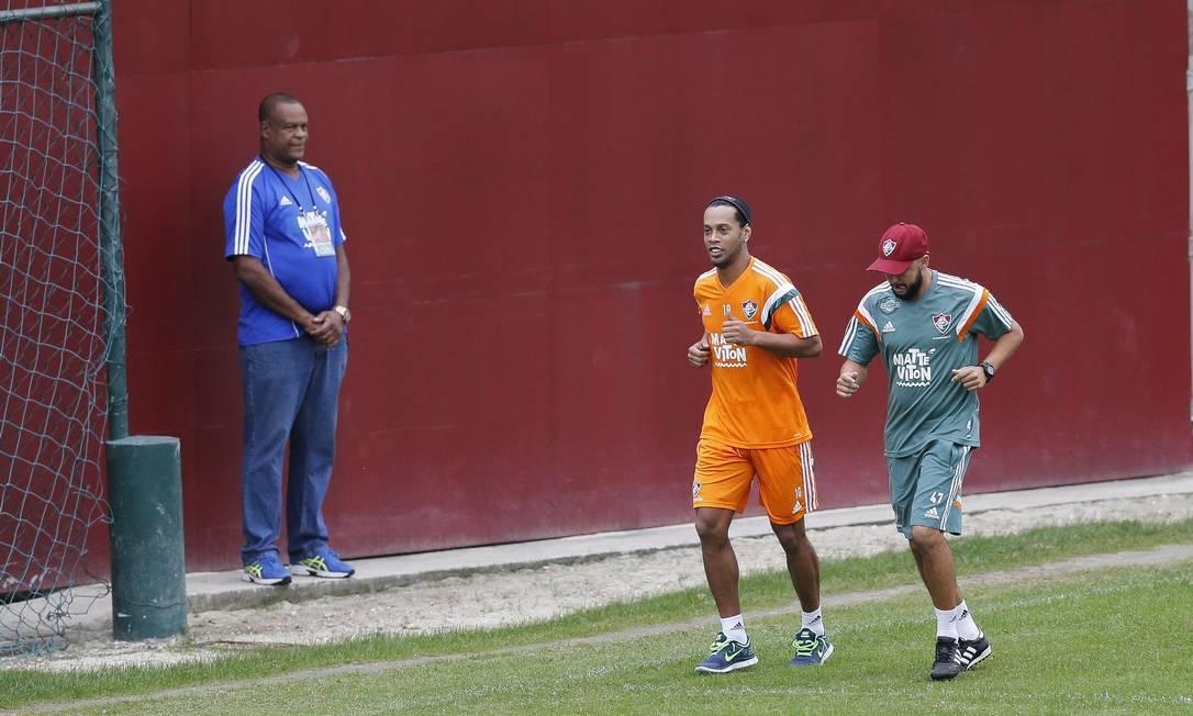 Nesta segunda, Ronaldinho correu ao lado do preparador físico Gabriel Pinho Alexandre Cassiano / Agência O Globo
